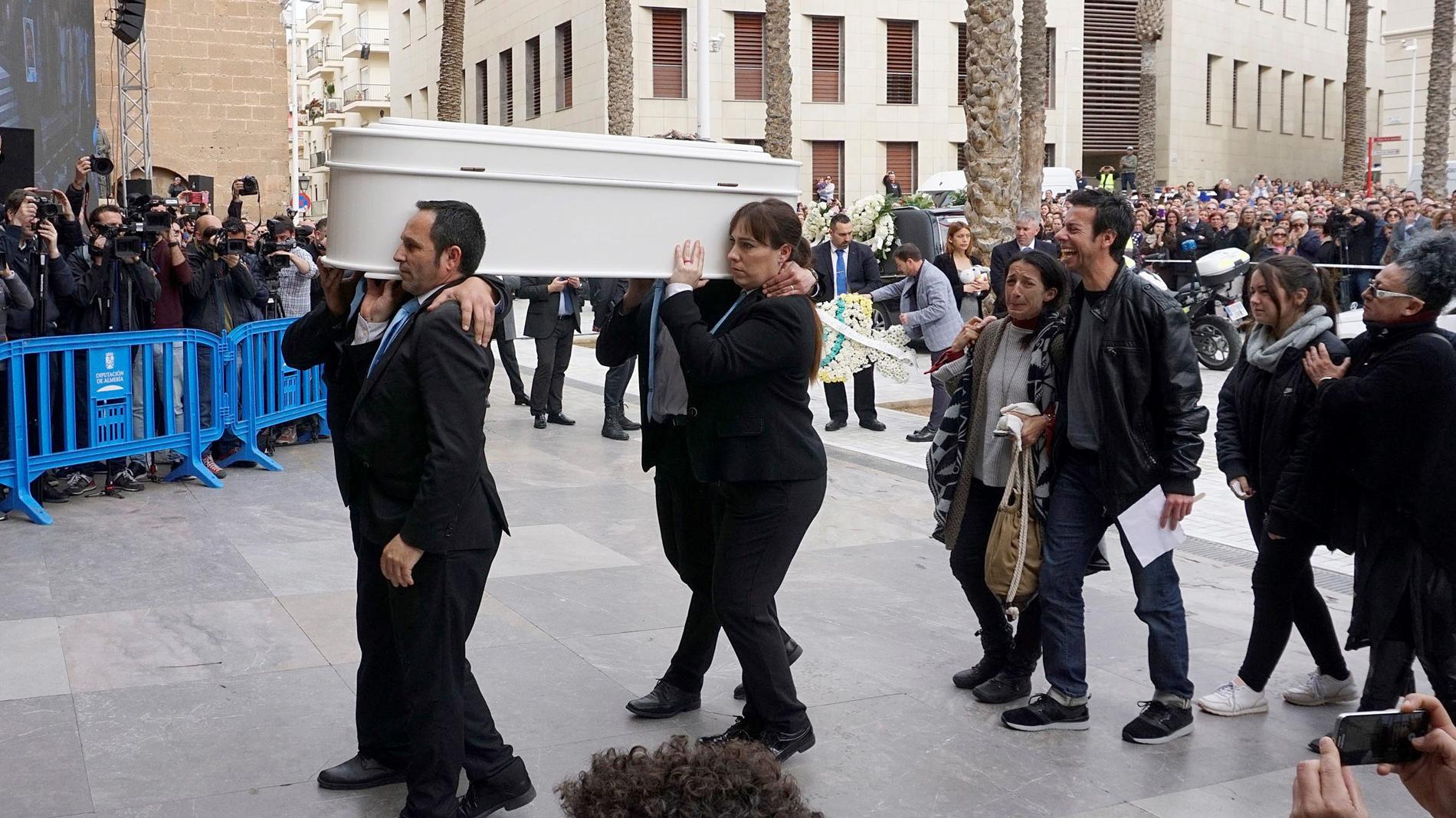 Cientos de personas despiden a Gabriel Cruz y arropan a sus padres en la catedral de Almería