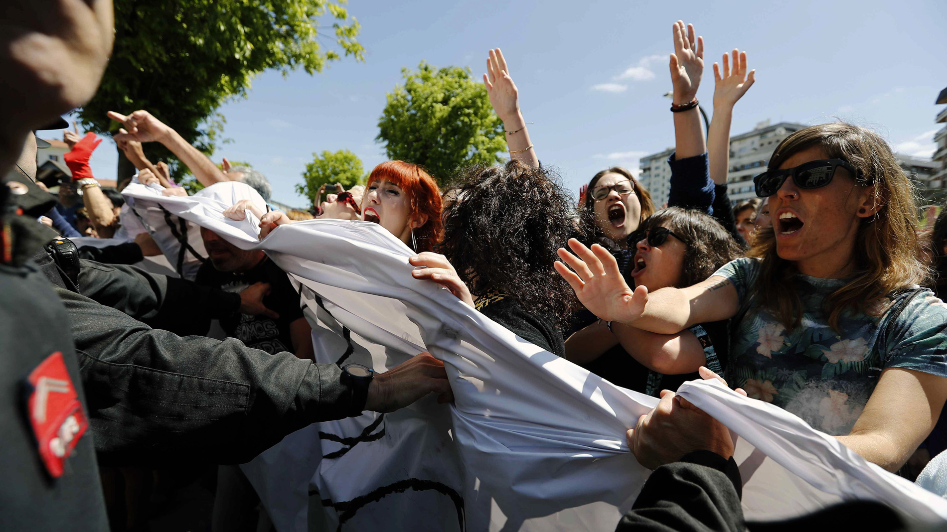 Cientos de personas muestran su indignación ante la Audiencia de Navarra tras la sentencia a 'La Manada'