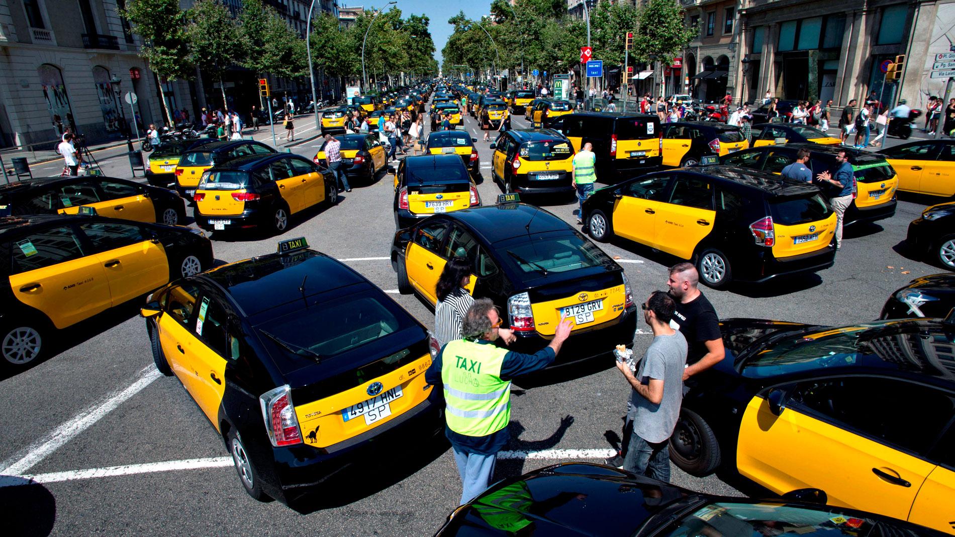 Cientos de taxis bloquean el centro de Barcelona en protesta contra Uber y Cabify