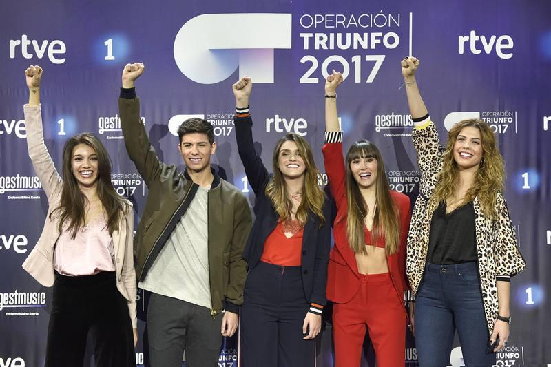 Los cinco finalistas durante la rueda de prensa en el plató de 'Operación Triunfo'