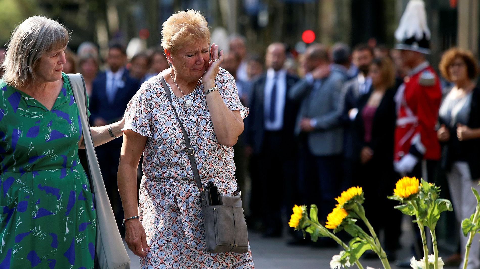 Los ciudadanos de Barcelona rinden homenaje a las víctimas