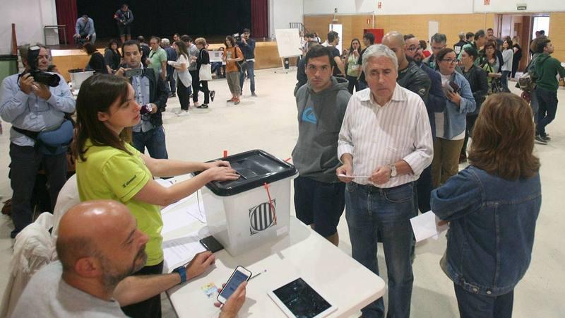 Ciudadanos votando en un colegio electoral en Cataluña durante el 1-O.