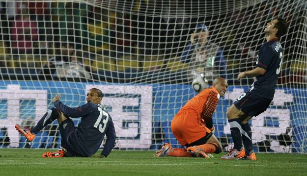 http://www.rtve.es/imagenes/clark-howard-and-bocanegra-of-the-us-react-after-conceding-goal-by-englands-gerrard-during-the-2010-world-cup-group-soccer-match-in-rustenburg/1276368924445.jpg