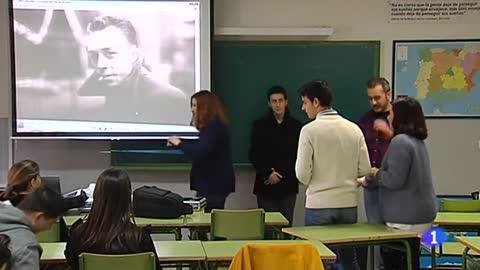 Una clase en la que los alumnos aprenden representando obras de arte del siglo XIX y XX