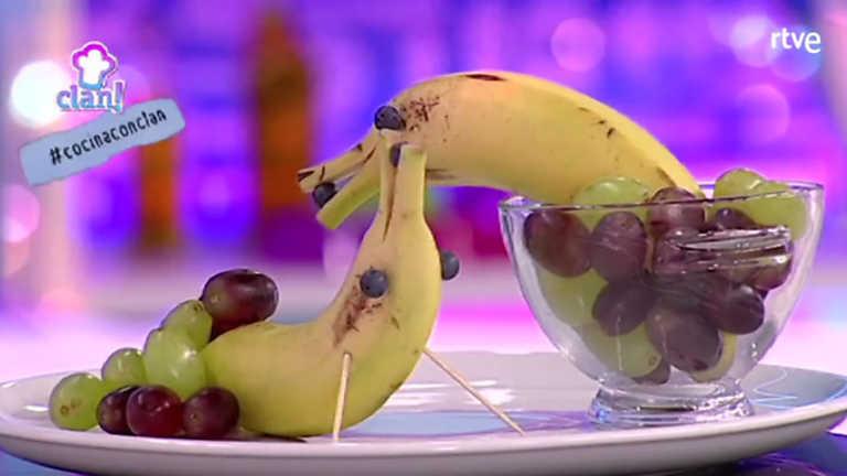 ✖ Cocina con Clan - Postre - Delfines de plátano en piscina de uvas ...