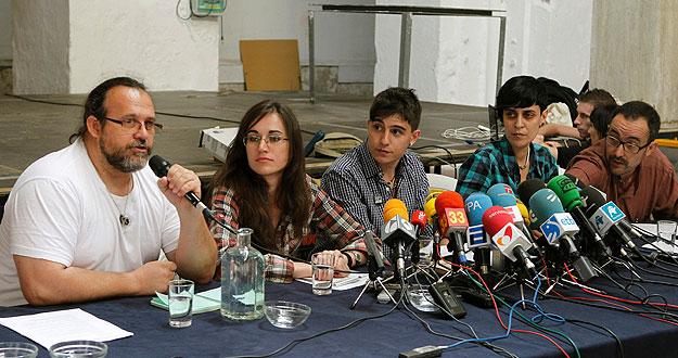 Paco López, Olga Mikailova, Iván Olmedo, Aida Sánchez, y Chema Ruiz (i a d), integrantes del colectivo Democracia Real Ya
