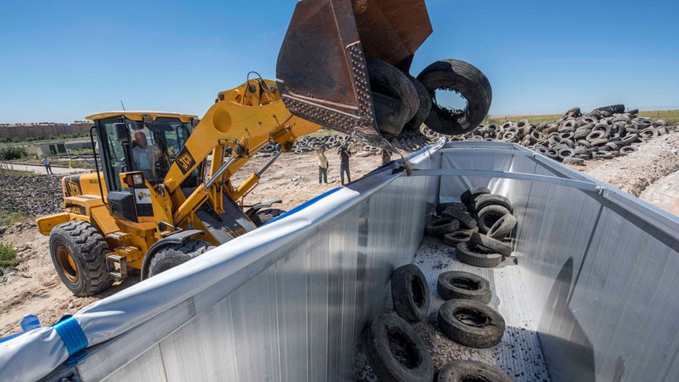 Comienza la retirada de neumáticos que no ardieron en el incendio de Seseña