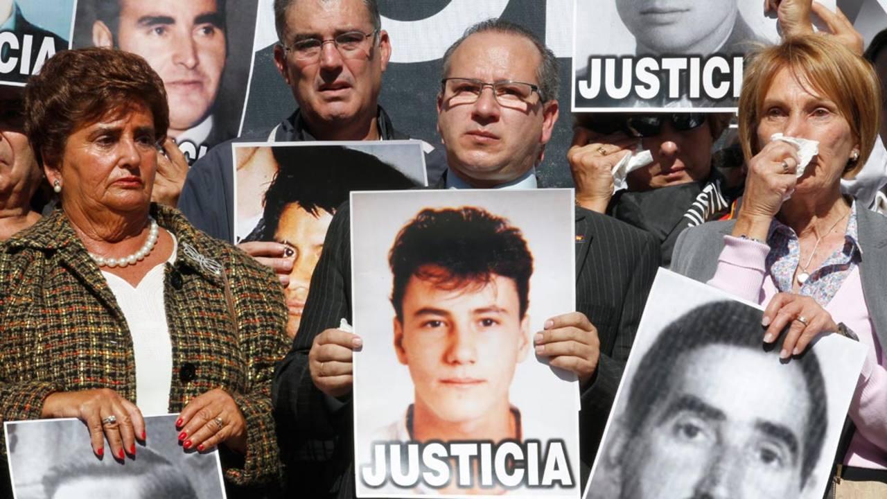 Concentración de familiares de víctimas de ETA unos días después del anuncio del cese de la violencia