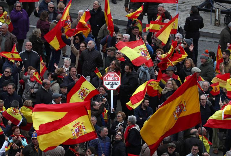 Banderas de España ondean en la plaza de Colón en Madrid