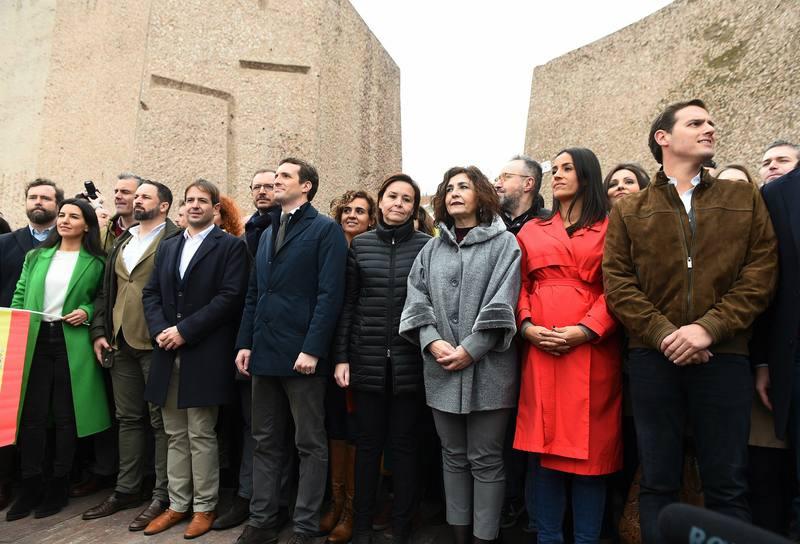 El presidente de VOX, Santiago Abascal, el líder del PP, Pablo Casado, y el líder de Ciudadanos, Albert Rivera, han posado junto a otras personalidades asistentes a la concentración en la plaza de Colón de Madrid