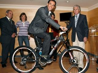 Contador presenta una bici futurista