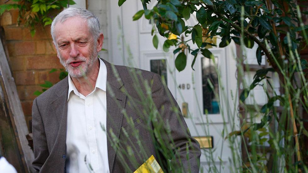 Corbyn se niega a dimitir como líder laborista pese a perder la moción de confianza de sus diputados