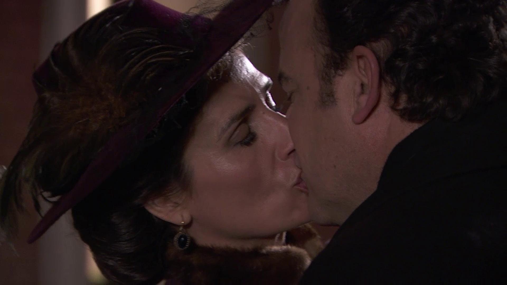 Acacias 38 - El coronel y Silvia se besan