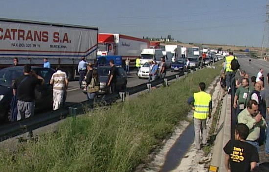 Camioneros cortan la autopista AP-7 en Barcelona