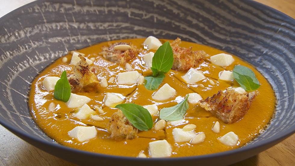 Torres en la cocina - Crema de tomate con mozzarela y albahaca