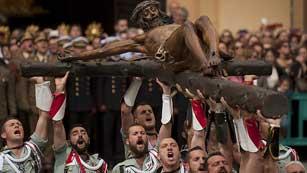 Málaga se vuelca con el Cristo de Mena