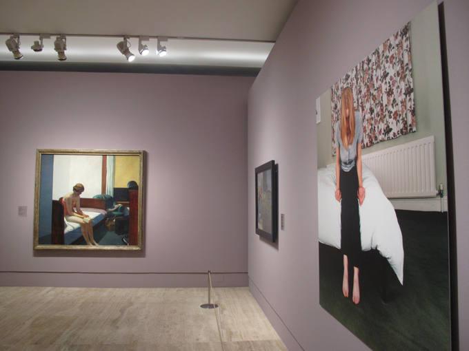 Ampliar fotoEl cuadro 'Habitación de hotel' (1931), de Edward Hooper, al fondo, y 'Camilla (III) (1999), de Sarah Jones, a la derecha, la réplica a los varones.