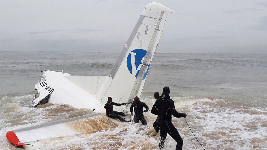 Al menos cuatro muertos al estrellarse un avión de carga en el mar en Costa de Marfil