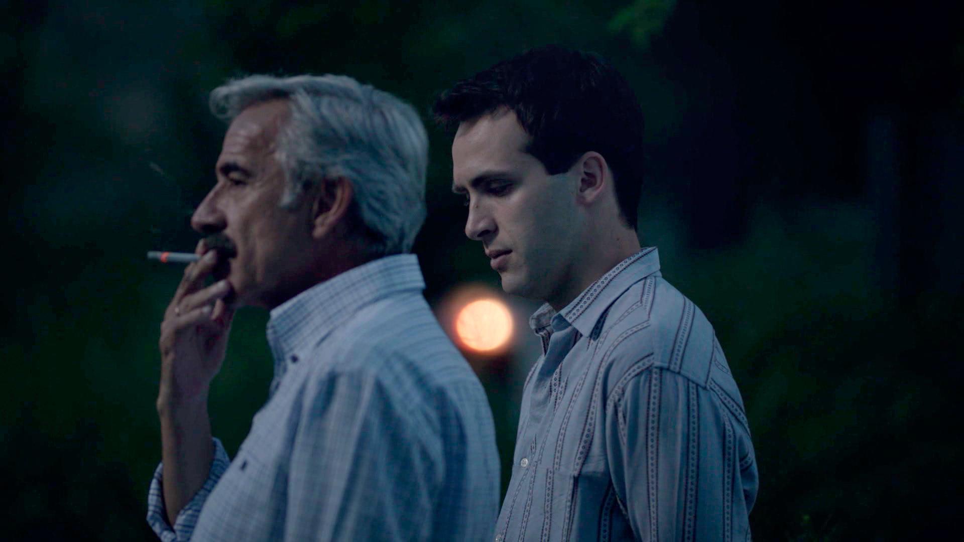 Antonio cuenta a Carlos la historia de su familia