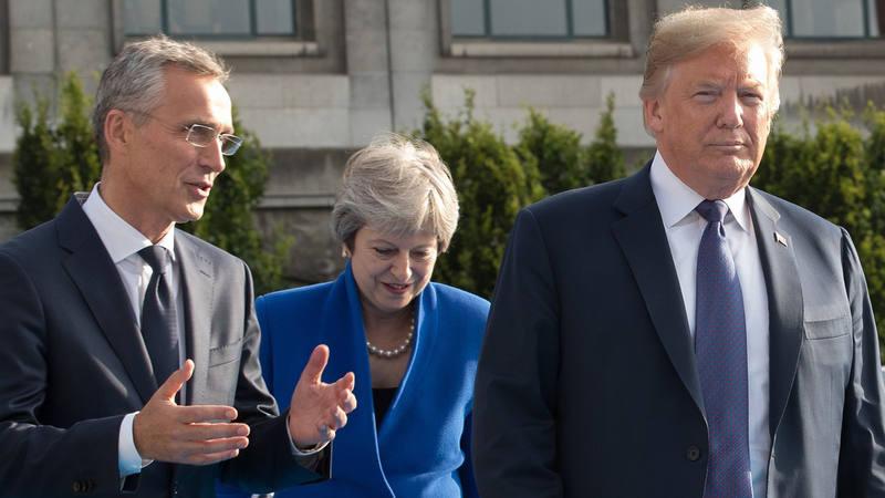 El secretario general de la OTAN, Jens Stoltenberg, junto a la primera ministra británica, Theresa May, y el presidente de EE.UU., Donald Trump, en la cumbre de la alianza en Bruselas, el 12 de julio de 2018.