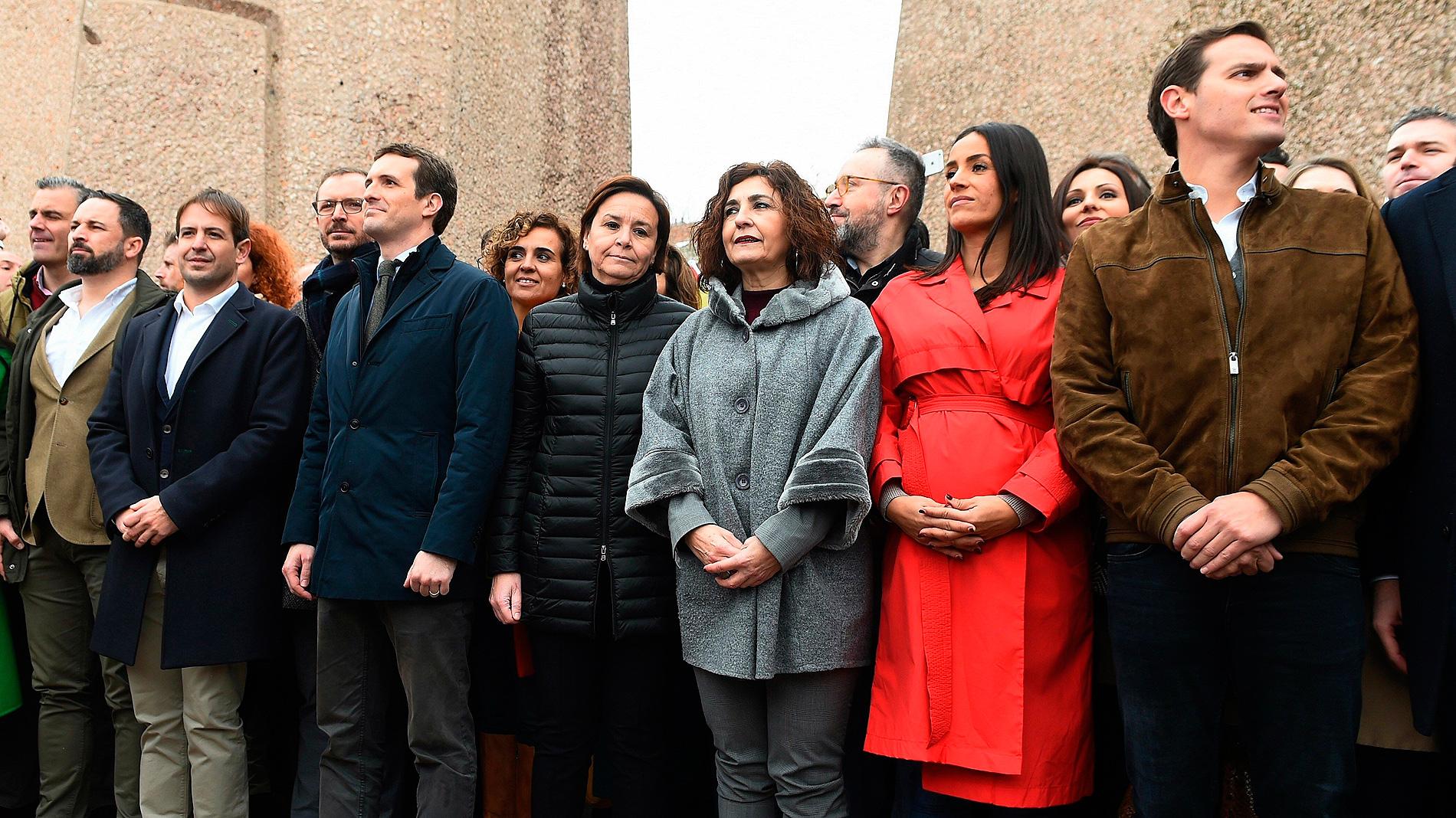 """Decenas de miles de personas claman en Madrid por la convocatoria de elecciones tras la """"traición"""" de Sánchez"""