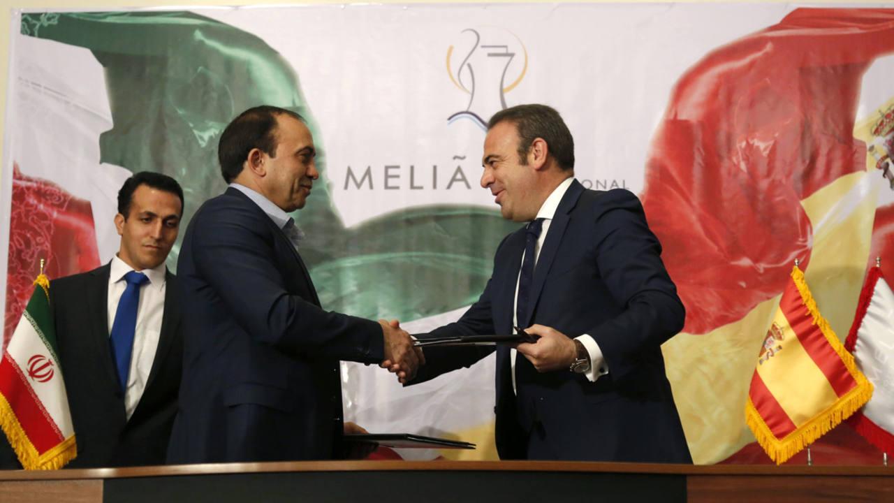 A la derecha de la imagen Gabriel Escarrer, vicepresidente y consejero delegado de Meliá Hotel International, saluda a Ahad Azim Zadeh, inversor iraní que está construyendo el complejo Middle East Diamond.