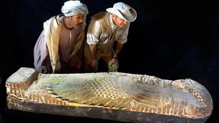 Descubren en Egipto un ataúd intacto con una momia del año 1600 a.C.