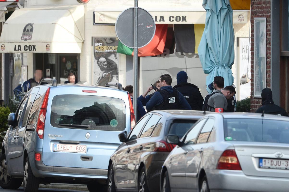 Despliegue policial en el suburbio bruselense de Forest en una redada ligada los atentados de París