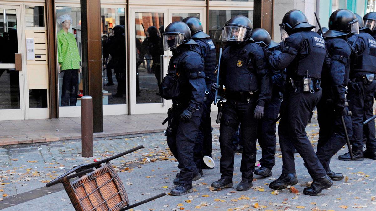 Un detenido y once mossos heridos durante los incidentes contra un acto conmemorativo de la Constitución