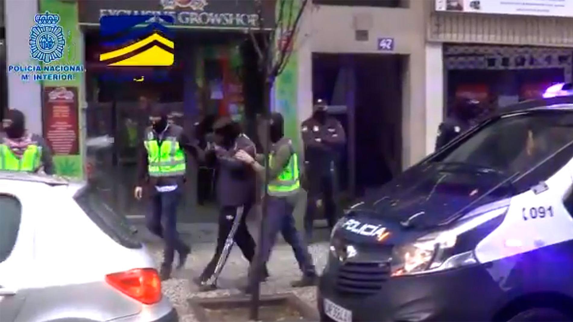 Detienen a tres jóvenes responsables de una web neonazi