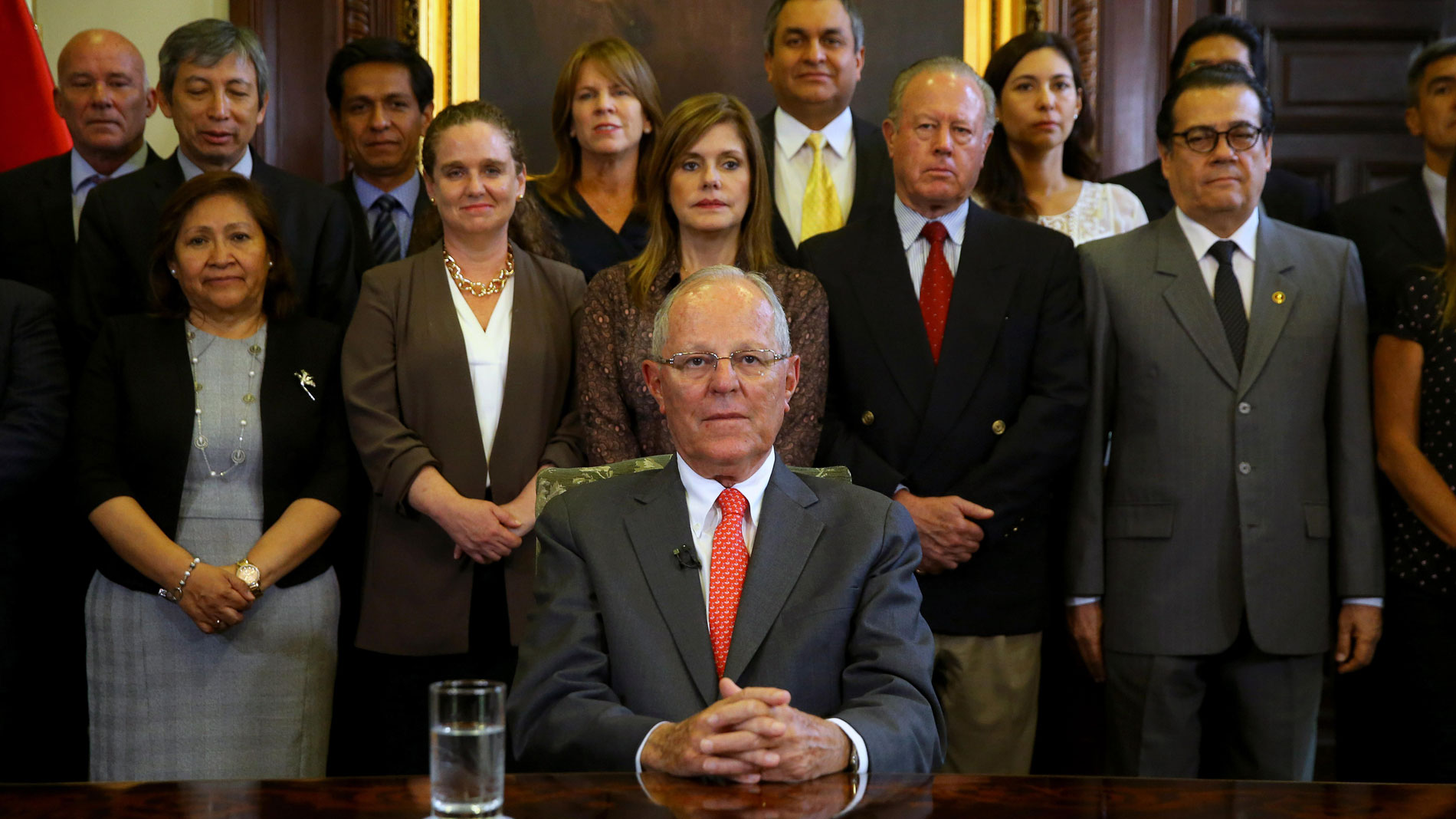 Dimite el presidente de Perú ante denuncias de compra de votos de diputados para evitar su destitución por corrupción
