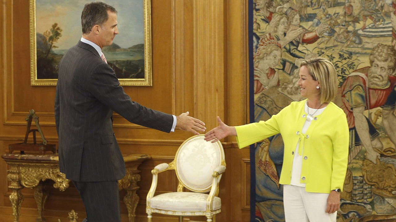 La diputada de Coalición Canaria, Ana Oramas, saluda al rey Felipe en la Zarzuela.