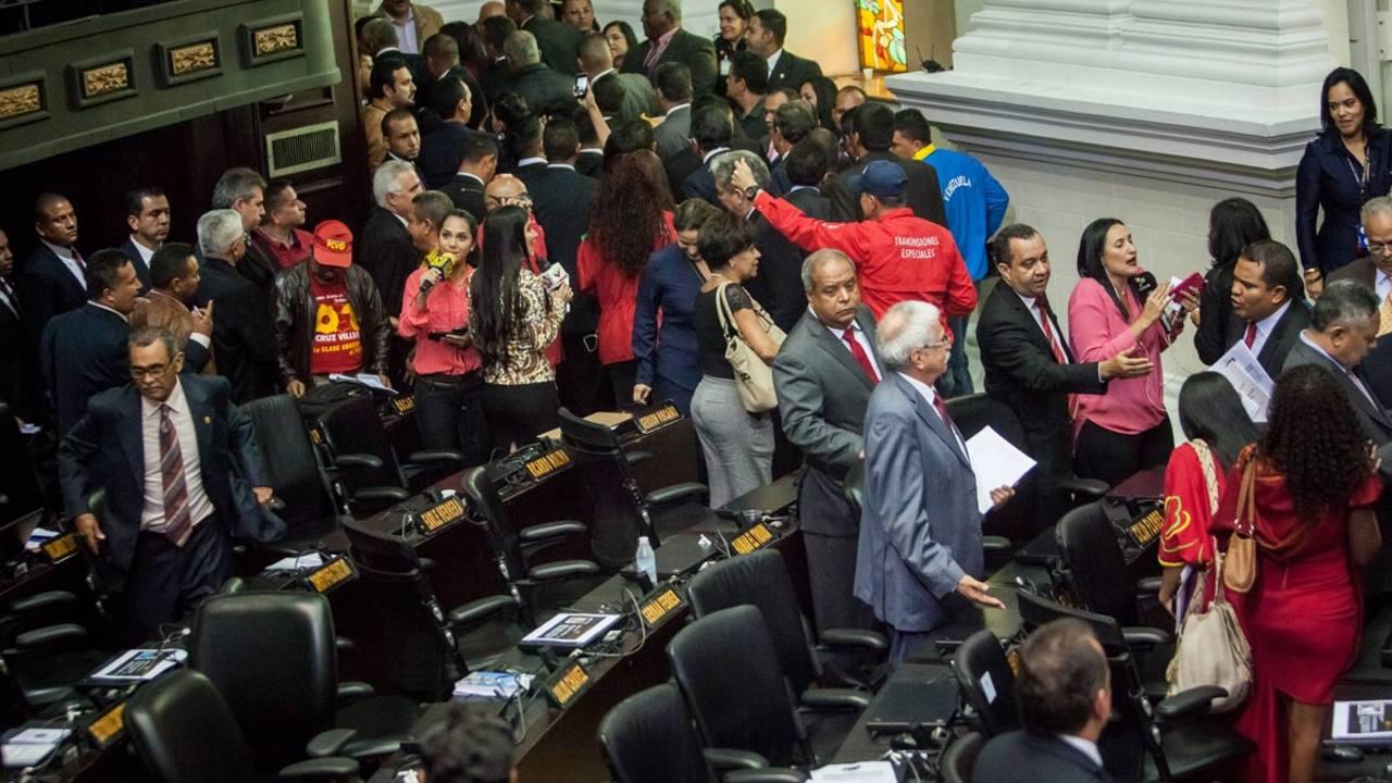 Los diputados chavistas abandonan la sesión constitutiva del Parlamento.
