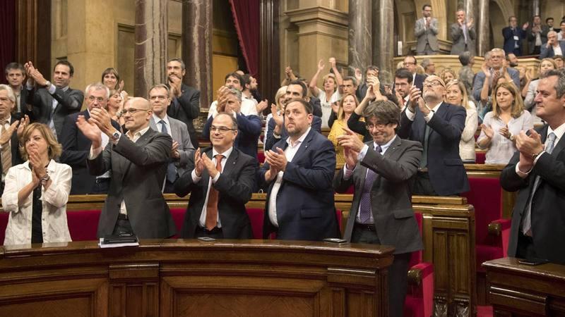Los diputados de Junts pel Sí aplauden la aprobación de la Ley de Transitoriedad