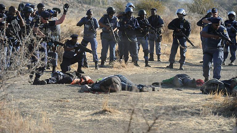 La policía abre fuego contra mineros en huelga en Sudáfrica