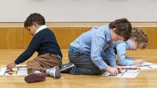 Familias de alumnos de un colegio divididas por los deberes escolares
