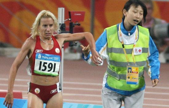 Marta Domínguez se cae cuando luchaba por la medalla