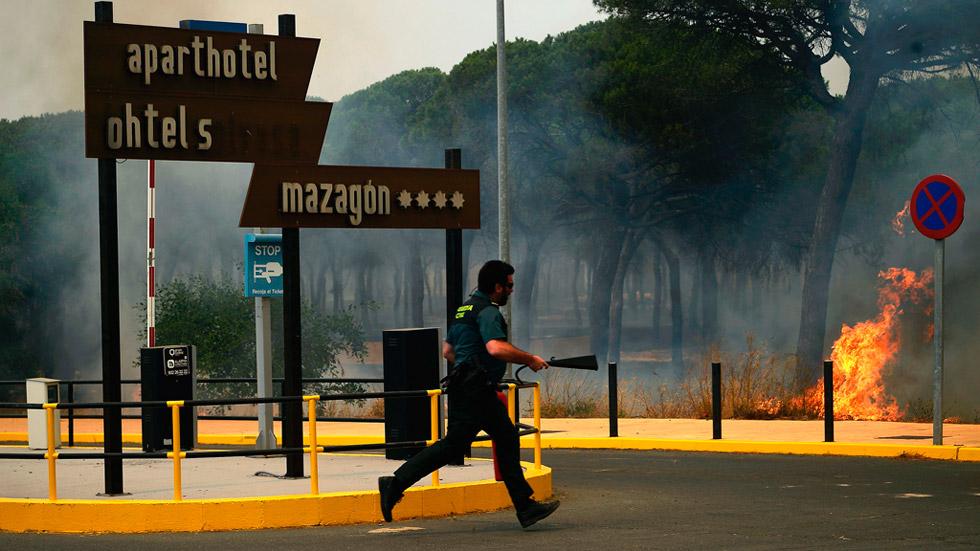 Doscientos sesenta profesionales luchan contra los cuatro focos del incendio de Mazagón y Moguer