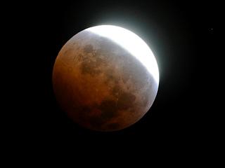 Ver vídeo 'Un eclipse lunar para comenzar el invierno'