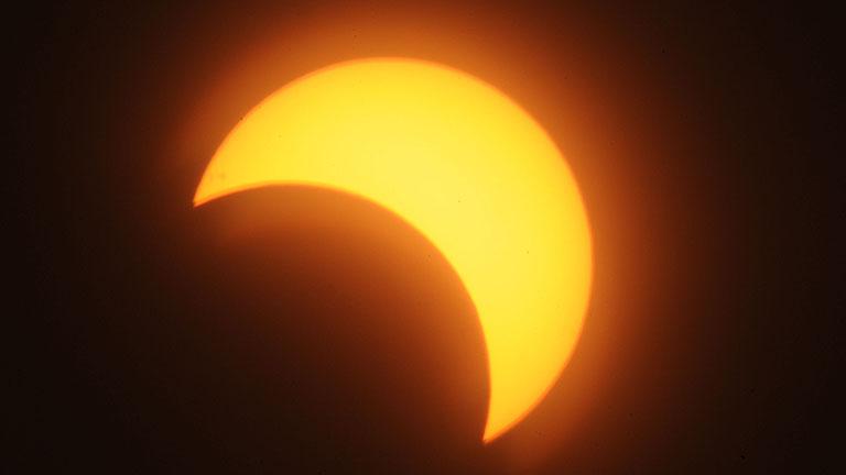 Un eclipse solar deslucido por la lluvia y las nubes