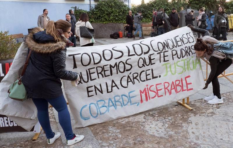 Amigos de las víctimas colocan una pancarta en la entrada de la Audiencia Provincial de Cuenca.