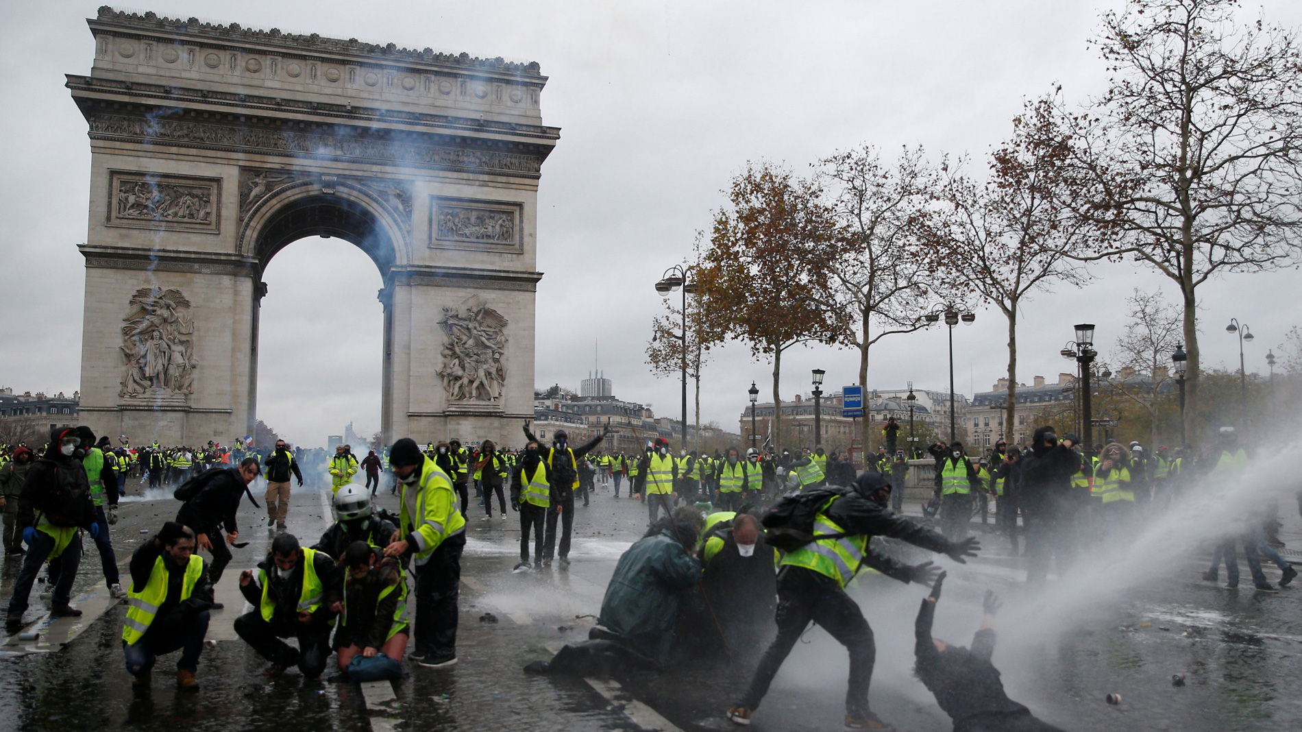Los enfrentamientos con los antidisturbios marcan la nueva jornada de protestas de los 'chalecos amarillos' en París