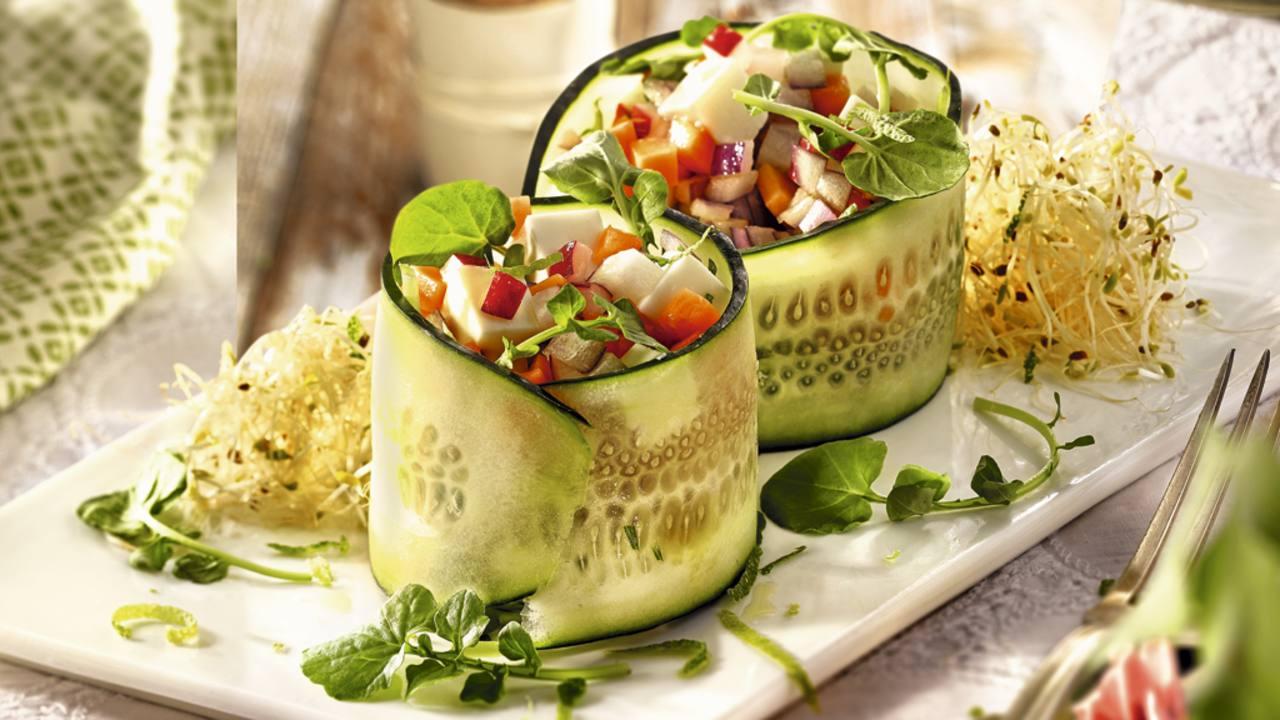 Ensalada de aros de pepino con queso y berros