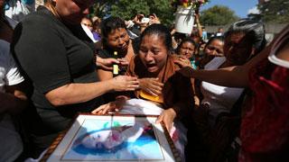 Entierran a las niñas que murieron en un incendio en Guatemala