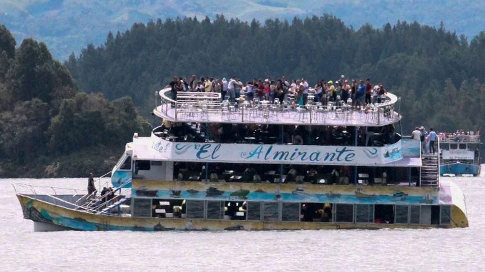Los equipos de rescate colombianos buscan a los desaparecidos en el naufragio de un barco turístico