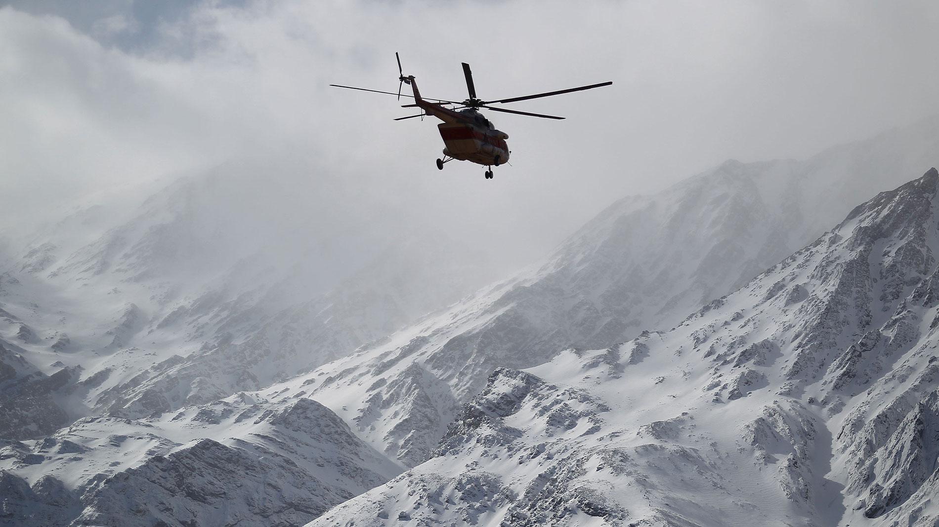 Los equipos de rescate tratan de localizar los restos del avión iraní estrellado