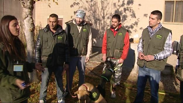 Los internos de Quatre Camins escchan consejos sobre obediencia canina