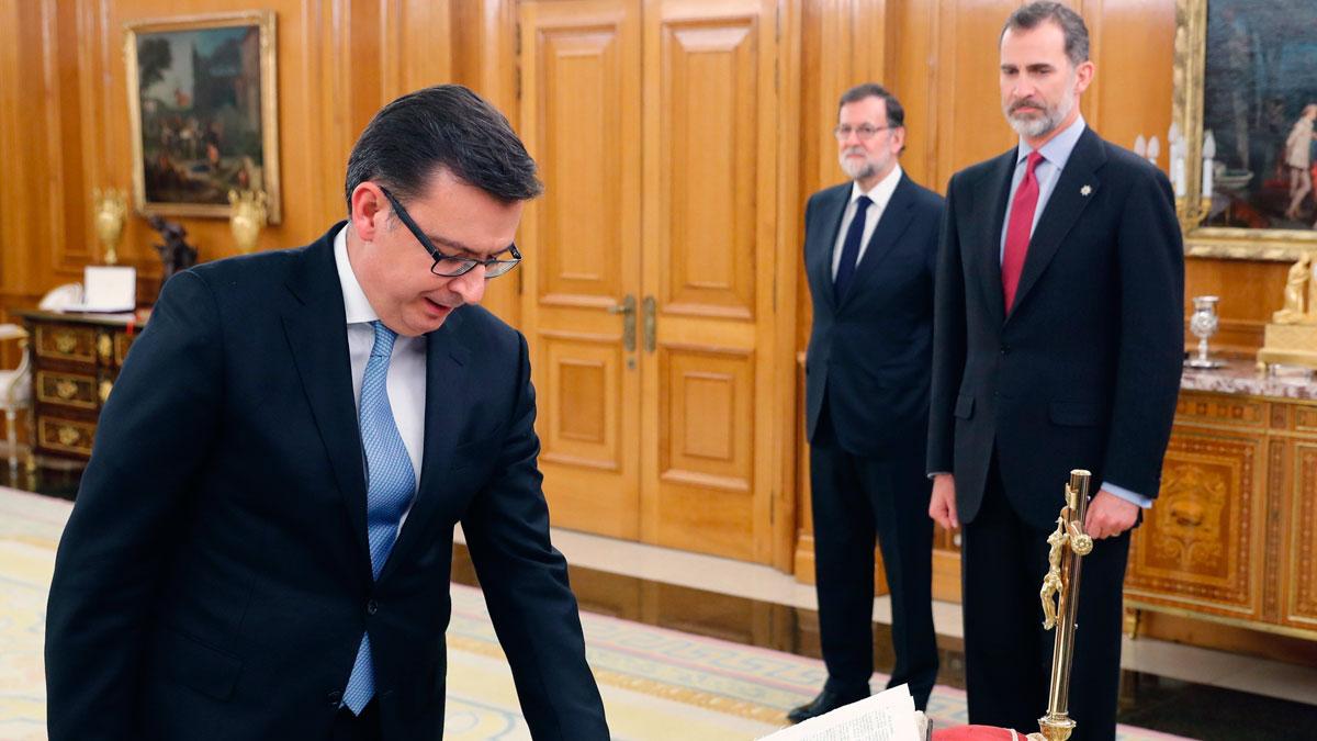 Escolano jura como ministro de Economía ante el rey en presencia de Rajoy