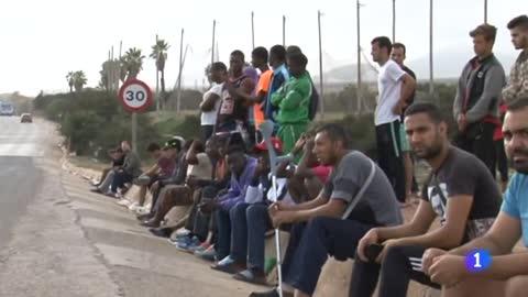 España devuelve a Marruecos a 55 de las 209 personas que saltaron la valla de Melilla este domingo