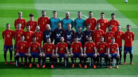 España posa con su nueva y polémica camiseta